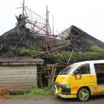 rumah adat karo hancur