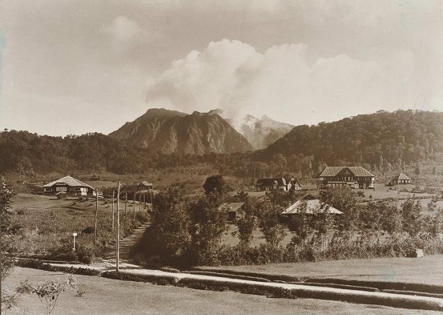 Gezicht op Berastagi met de vulkaan Sibajak op de achtergrond