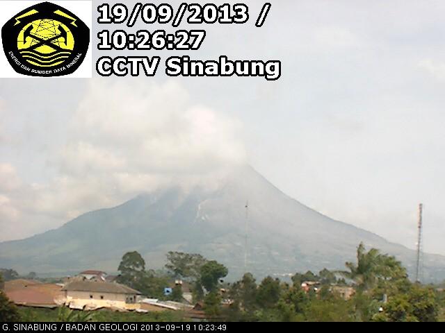 Kabanjahe – Warga yang mengungsi akibat erupsi Gunung Sinabung terus